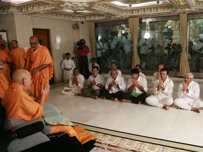 Swamishri blesses devotees from Andheri(E)