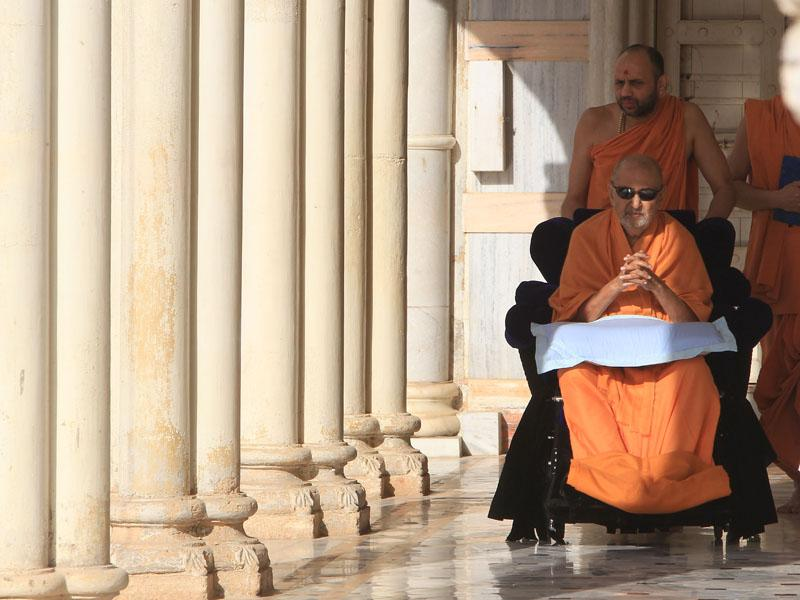 Swamishri on the way for Thakorji's darshan