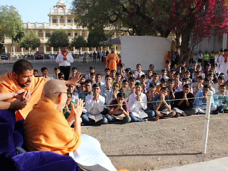 Students from Swaminarayan Vidyamandir, Sarangpur, engaged in darshan of Swamishri