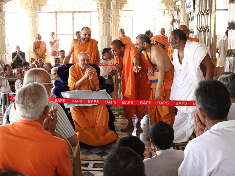 Swamishri blesses devotees beneath the mandir dome