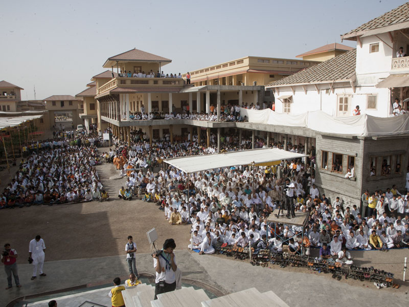 Devotees on the mandir ground for Swamishri's darshan