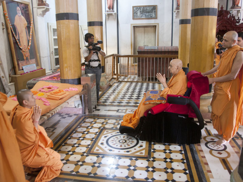 Swamishri engaged in darshan of Shastriji Maharaj at Rang Mandap