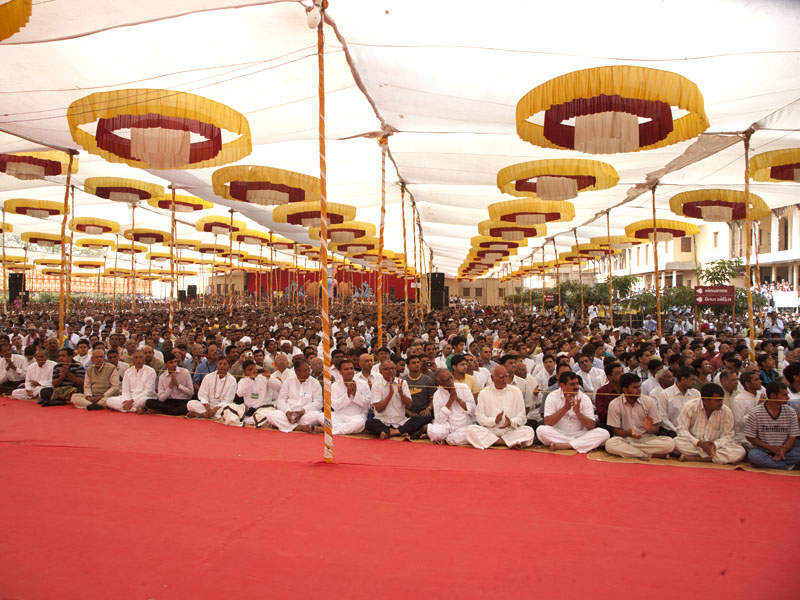 Devotees during the assembly before Swamishri's arrival