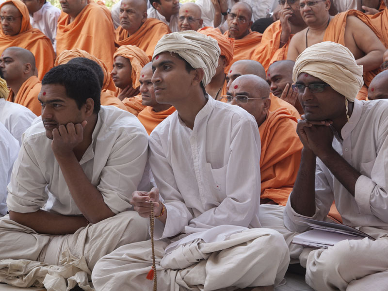 Sadhaks waiting for Swamishri's darshan at Yagnapurush Smruti Mandir