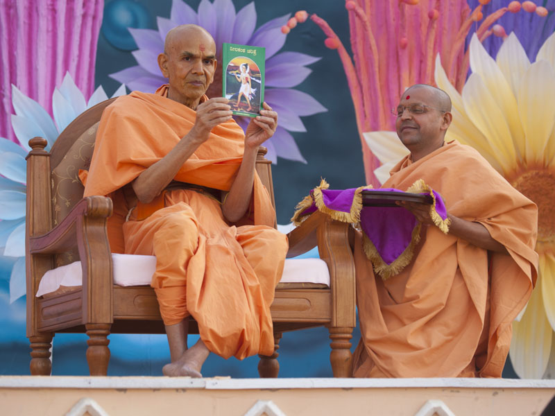 Senior sadhus inaugurate various Swaminarayan Aksharpith publications