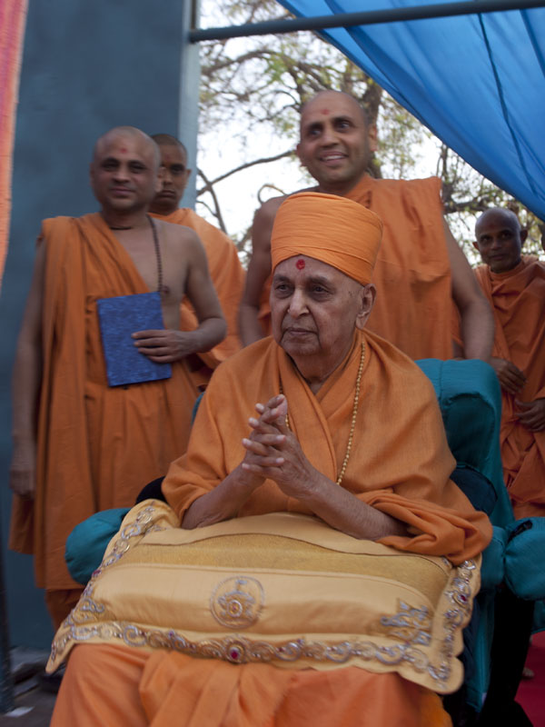 Swamishri arrives at the assembly venue