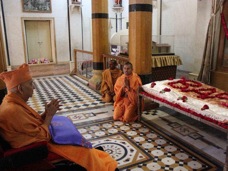 Swamishri engaged in darshan at Rang Mandap