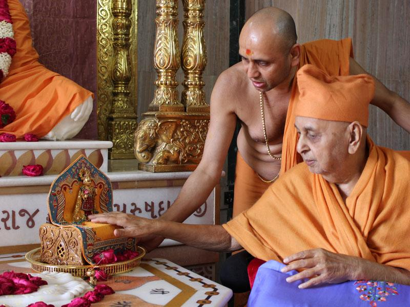 Swamishri engaged in darshan of Thakorji at Yagnapurush Smruti Mandir
