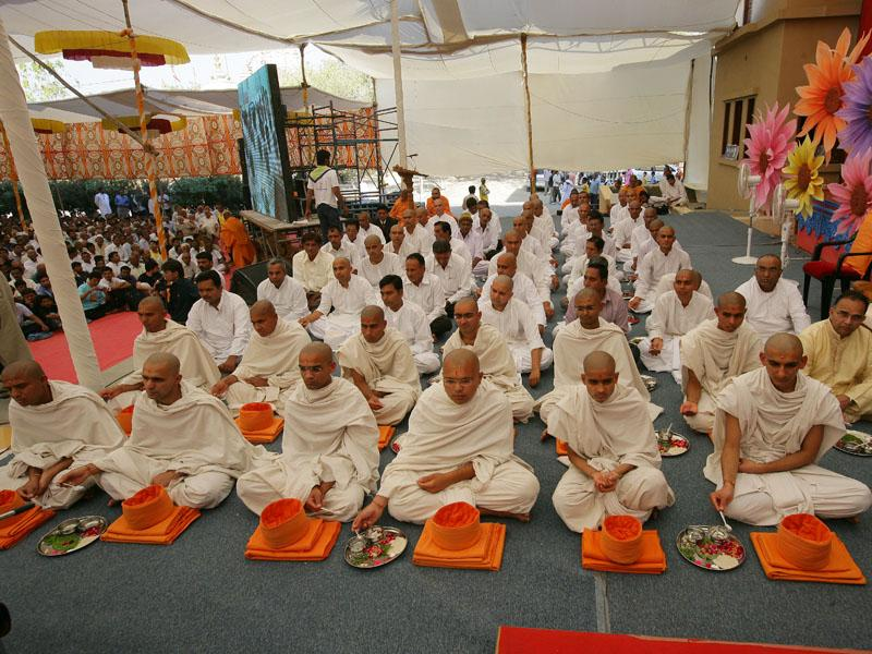 Parshads and sadhaks participate in diksha rituals