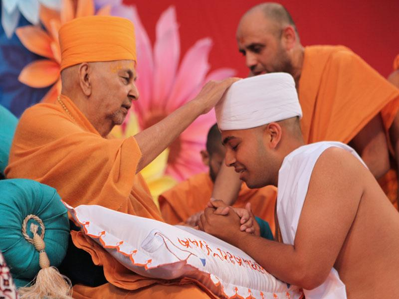 Swamishri gives diksha mantra to parshads