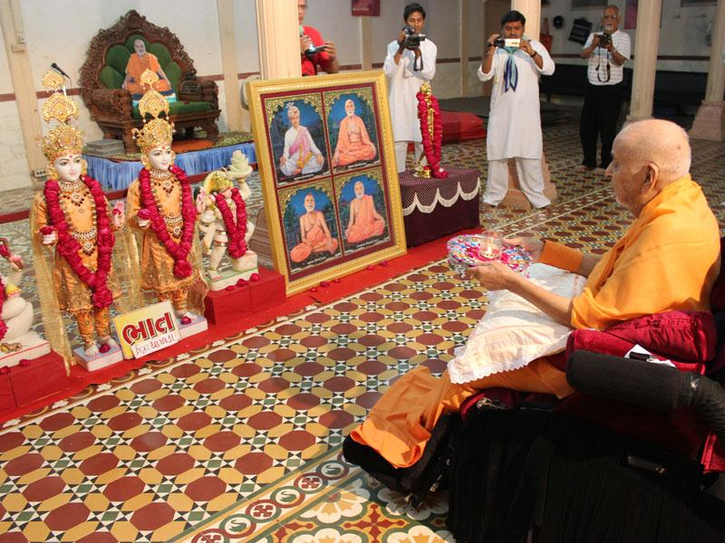 Swamishri performs murti-pratishtha arti for new BAPS Shri Swaminarayan Mandir at Bhaat (Dholka region)