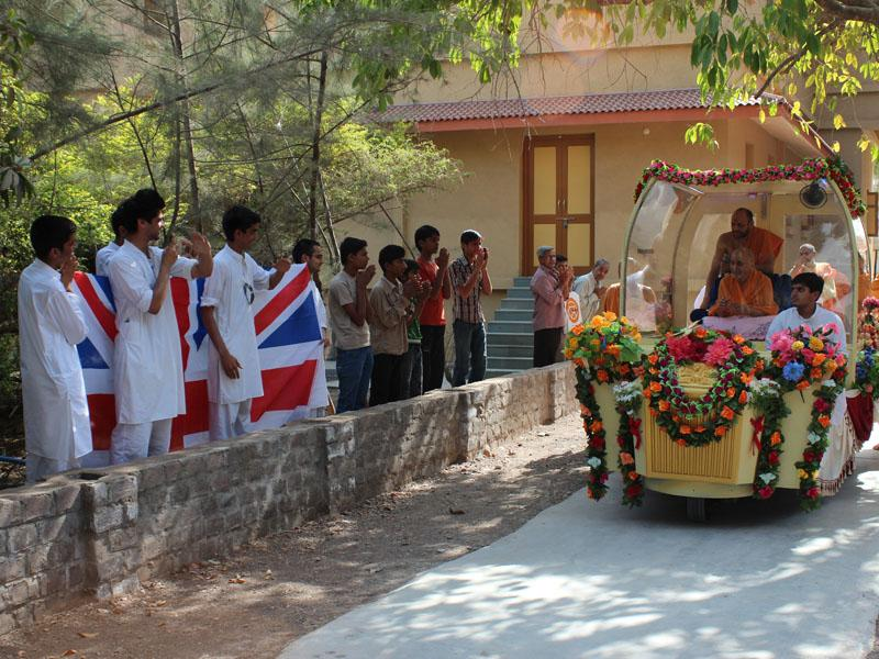 Youths engaged in darshan of Swamishri