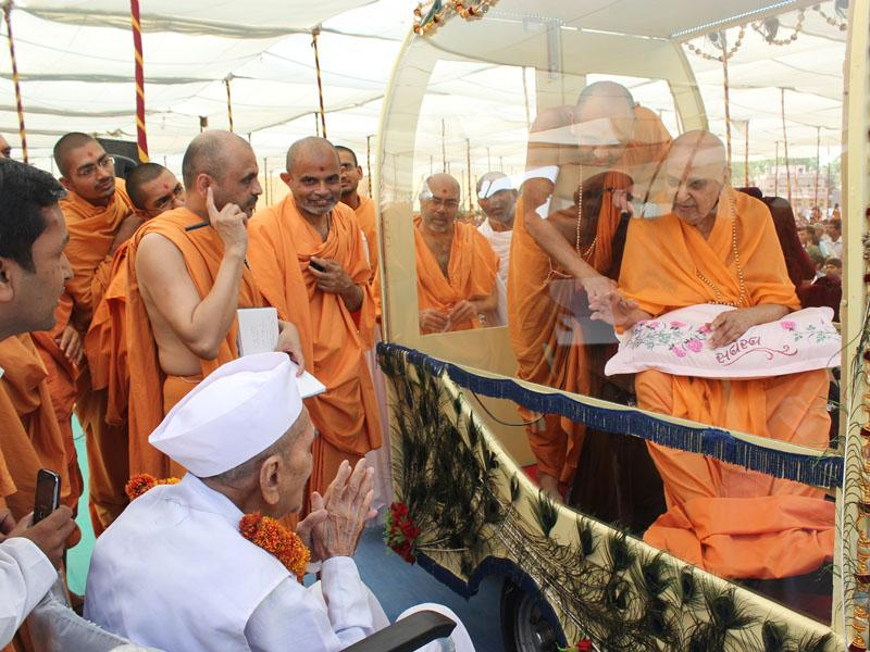 Swamishri blesses an old devotee