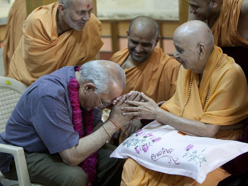 Swamishri blesses Dr. Reddy of Apollo Hospitals