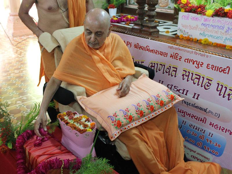 Swamishri performs pujan of Bhagwat pothi for a Bhagwat Parayan in Tajpur