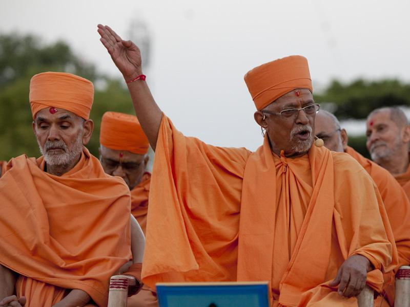 Pujya Doctor Swami delivers a discourse