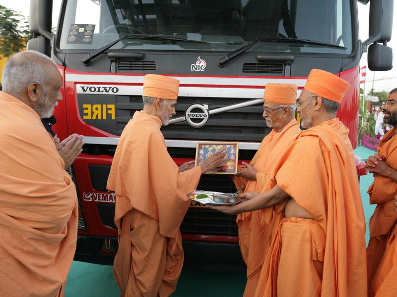 Pujya Mahant Swami performs pujan of a new vehicle for Ahmedabad Fire & Emergency Services