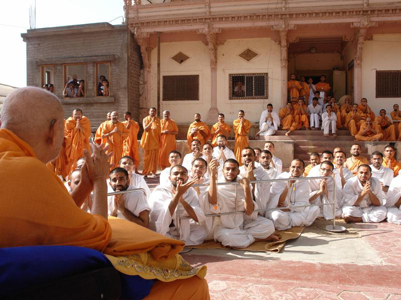 Sadhus and parshads engaged in Swamishri's darshan