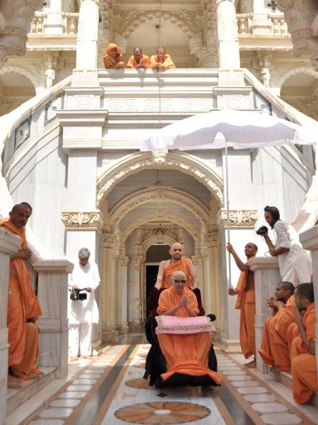 Swamishri after darshan at Rang Mandap