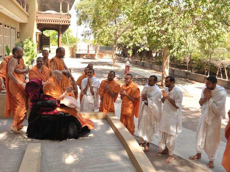 Swamishri bids Jai Swaminarayan to sadhus and parshads