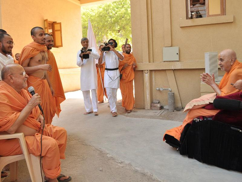 A presentation by Pujya Ishwarcharan Swami before Swamishri