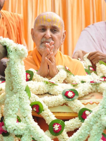 On the occasion of Pramukh Varni Din, sadhus honor Swamishri with a shawl of flowers