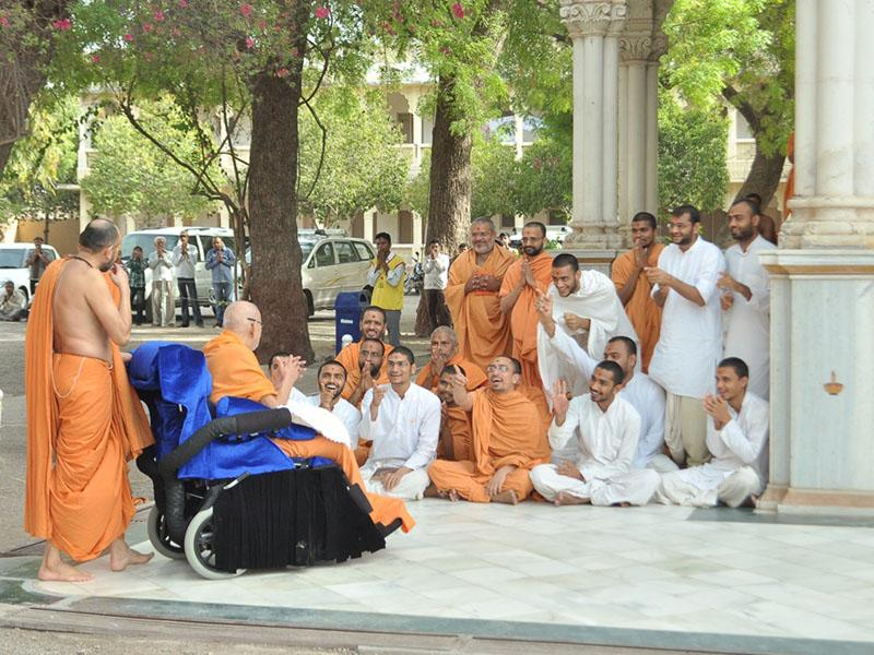 Sadhus and sadhaks engaged in darshan of Swamishri