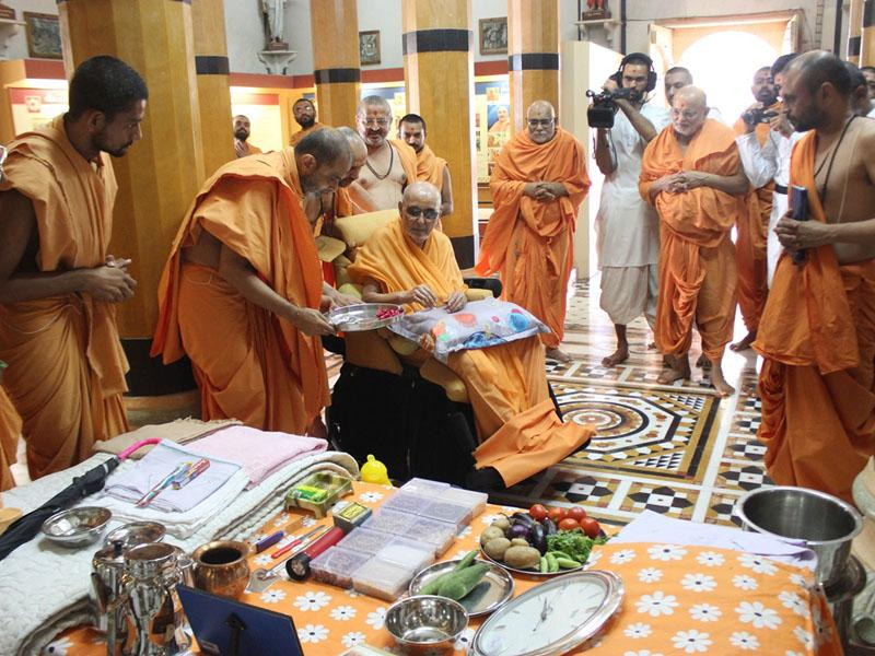 Swamishri sanctifies by showering flower petals