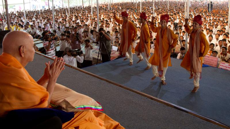 Youths perform a dance before Swamishri