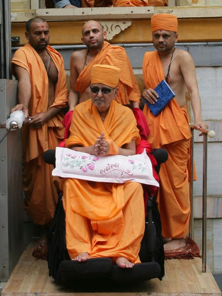 Swamishri ascends to mandir for darshan