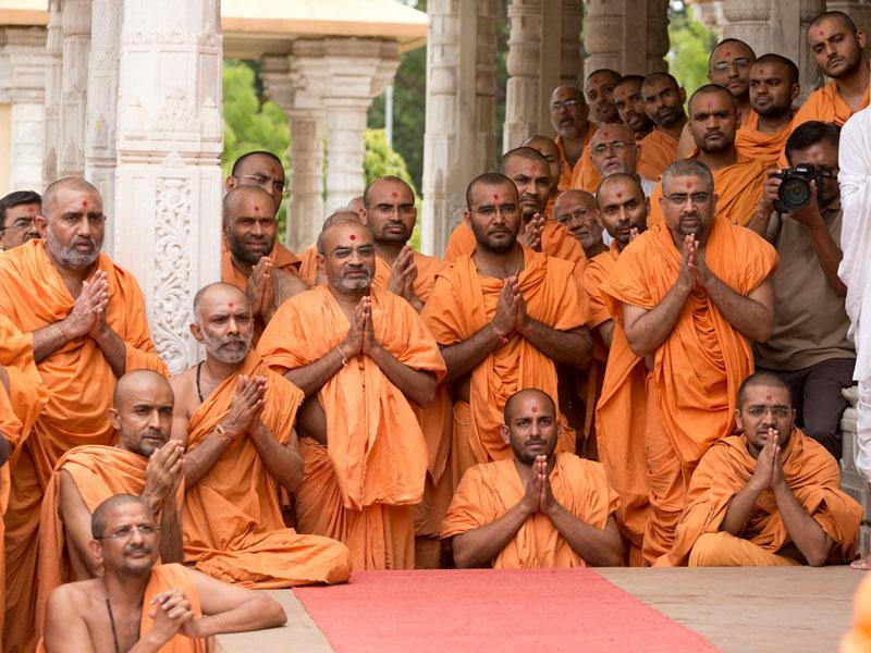 Sadhus engrossed in Swamishri's Darshan