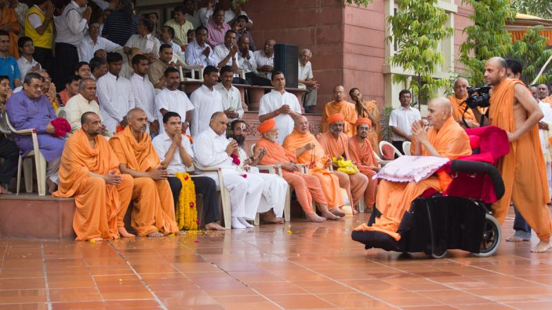 Swamishri greeting religious leaders, sadhus and devotees