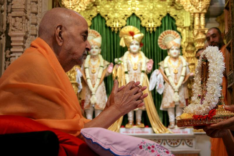 Swamishri doing darshan of Thakorji