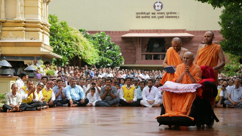 Swamishri with devotees