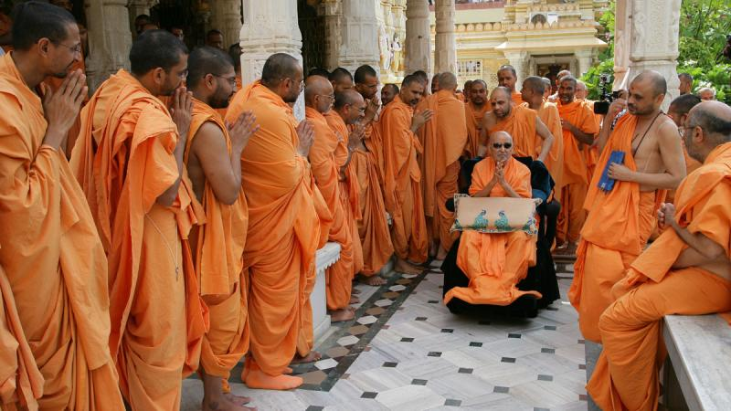 Swamishri with sadhus