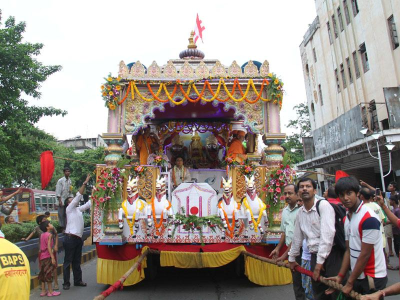 The rath being pulled through the streets of Kolkata