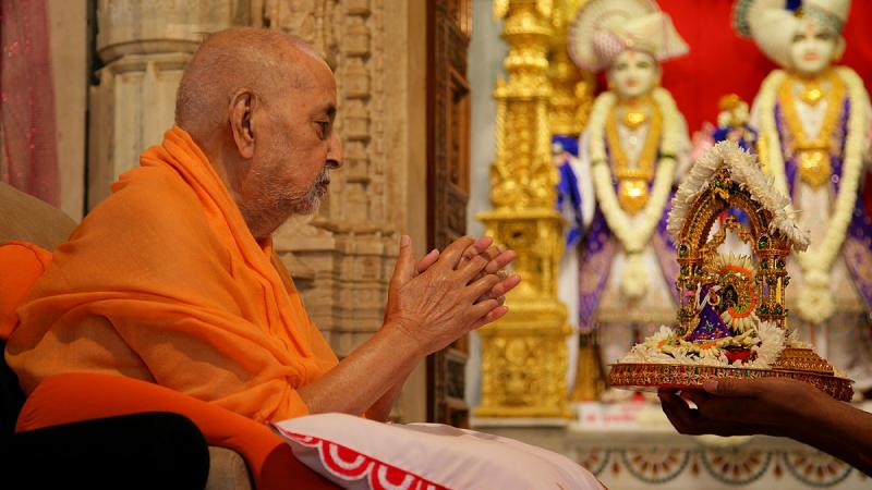 Swamishri doing darshan of Thakorji in mandir