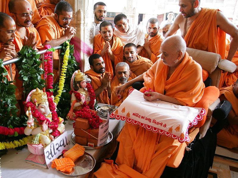 Swamishri performs pujan of murtis for Siswa and Palasana