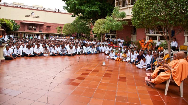 Devotees attending a discourse by sadhus while waiting for Swamishri's arrival