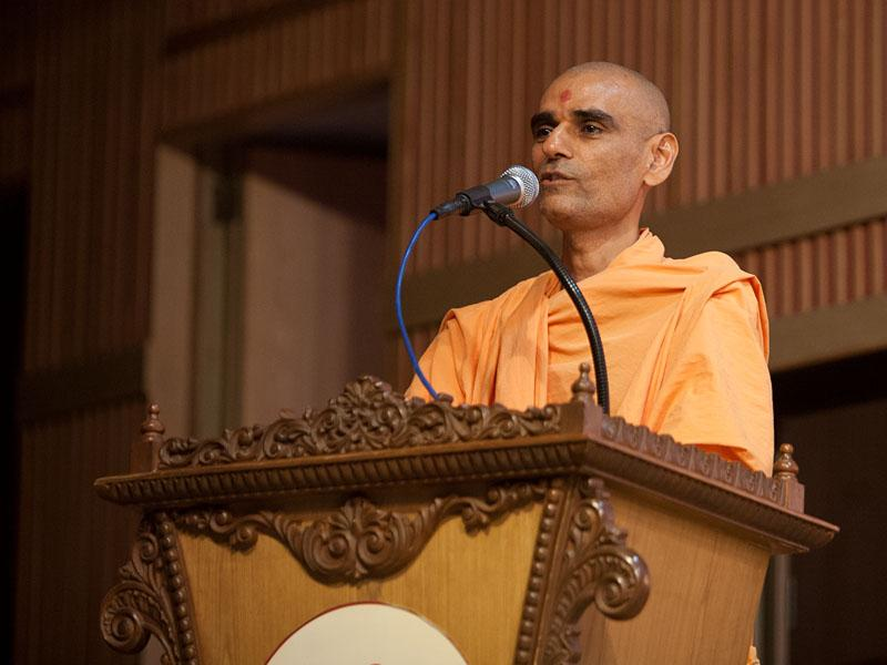 Pujya Anandswarup Swami delivers a discourse