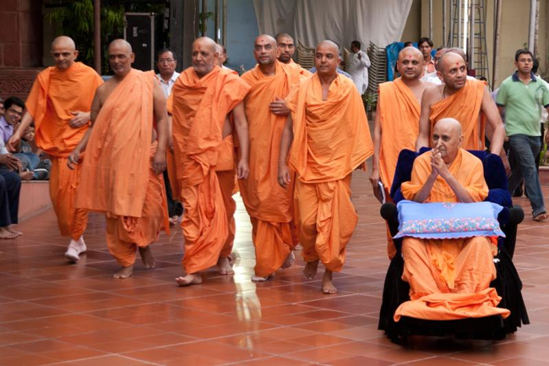 Swamishri arrives for ravi sabha