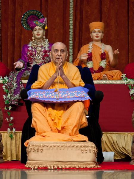 Swamishri during the ravi sabha