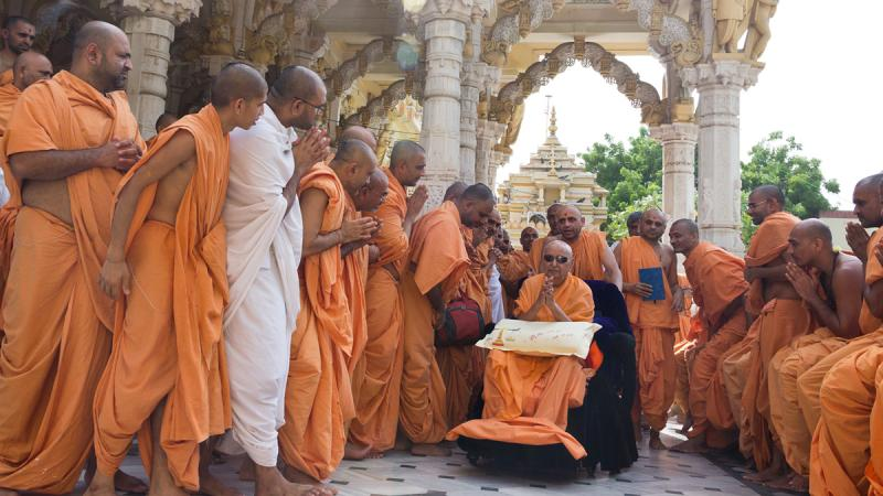 Swamishri bids Jai Swaminarayan to sadhus in the mandir pradakshina