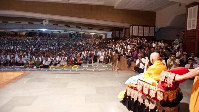 Swamishri blesses devotees gathered in the lower sabha mandap