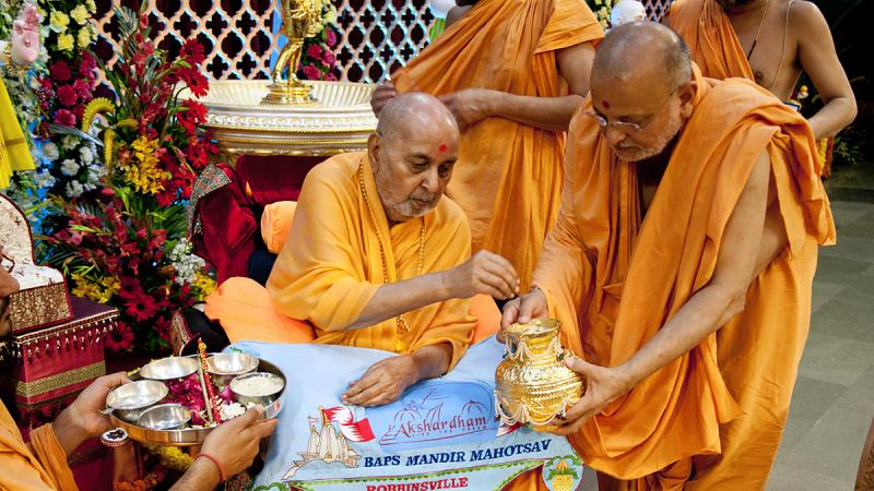 Swamishri sanctifies sand for new BAPS mandir at Long Island, NY, USA