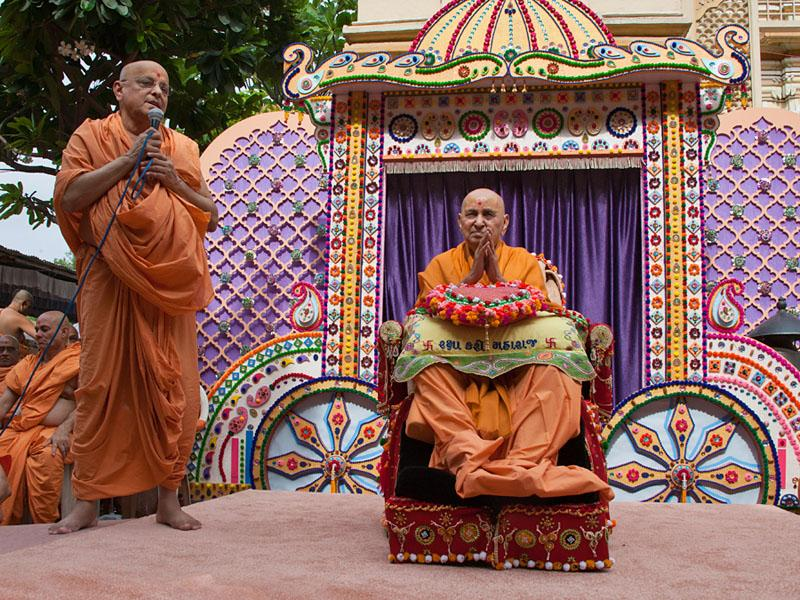Pujya Ishwarcharan Swami prays to Bhagwan Swaminarayan and Pramukh Swami Maharaj on behalf of all devotees