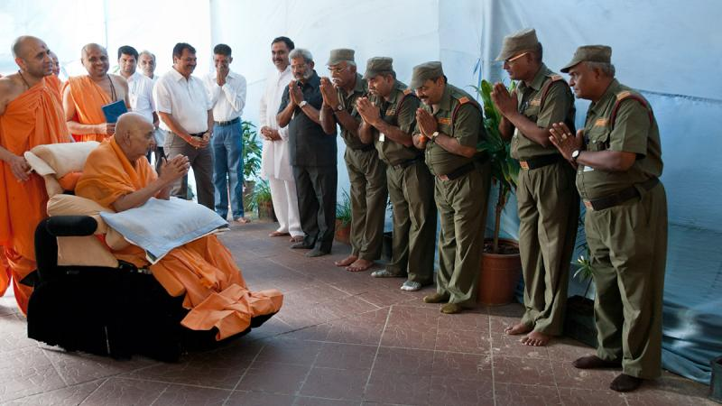 Swamishri blesses mandir security volunteers