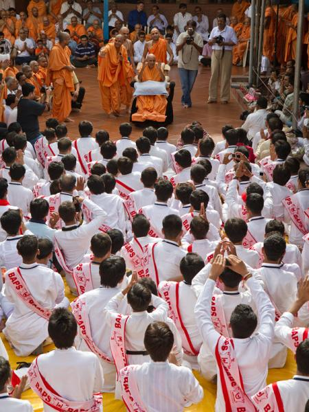 Youths from BAPS Rajkot doing darshan of Swamishri