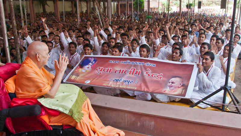 Swamishri blesses youths from 'Yuva Talim Kendra'