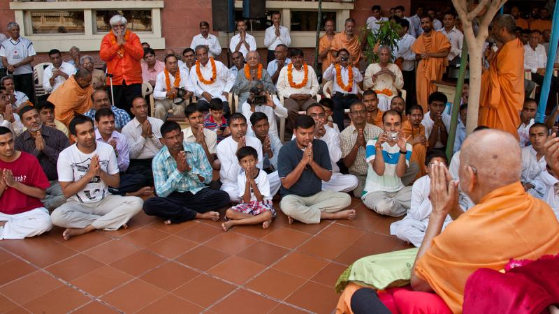 Devotees and well-wishers doing darshan of Swamishri